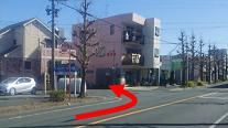 2.豊通エネルギー(株)の駐車場の角を直角に左折します。