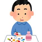 薬を服用する男性