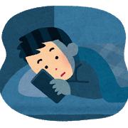 夜中にスマートフォンを操作する男性