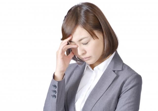 片頭痛を抱える女性