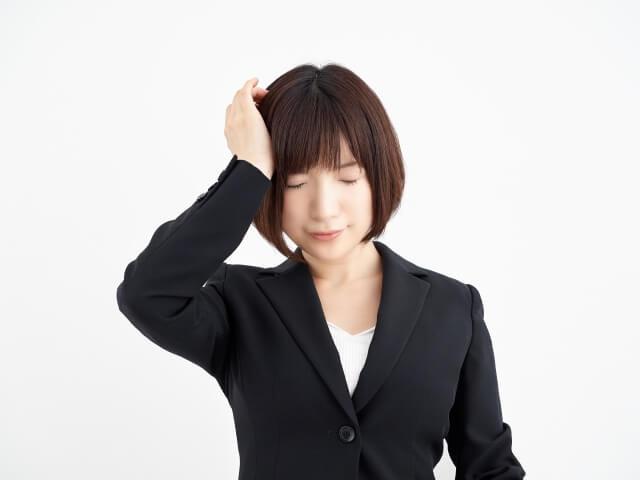 片頭痛に悩む女性