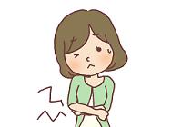 胃の痛みを感じている女性