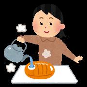 湯たんぽを作る女性
