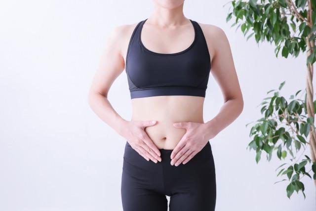 腹式呼吸する女性