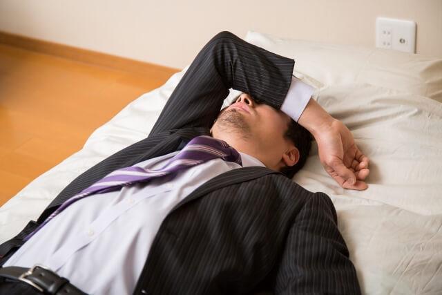 疲労感をかんじている男性