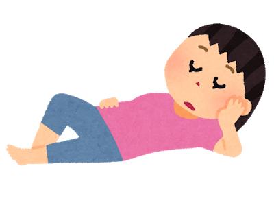 横たわる女性