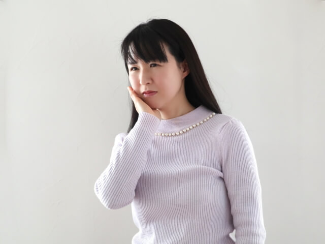 慢性疼痛で助けを求める女性