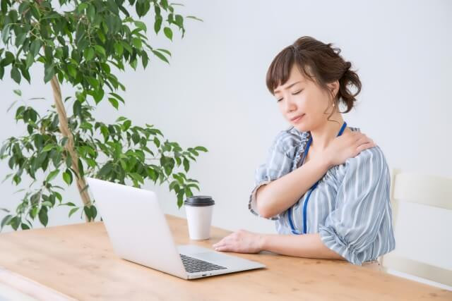 肩の痛みえを感じる女性