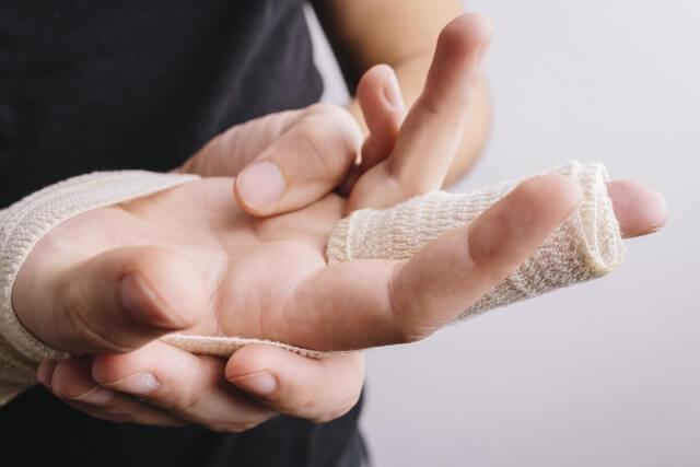 中指を手術した男性